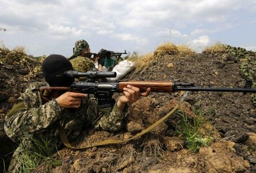 Pro-Russian rebels temporarily reinforcing trenches at a fortified rebel-held area on the outskirts of the eastern Ukrainian town of Slaviansk May 15, 2014.