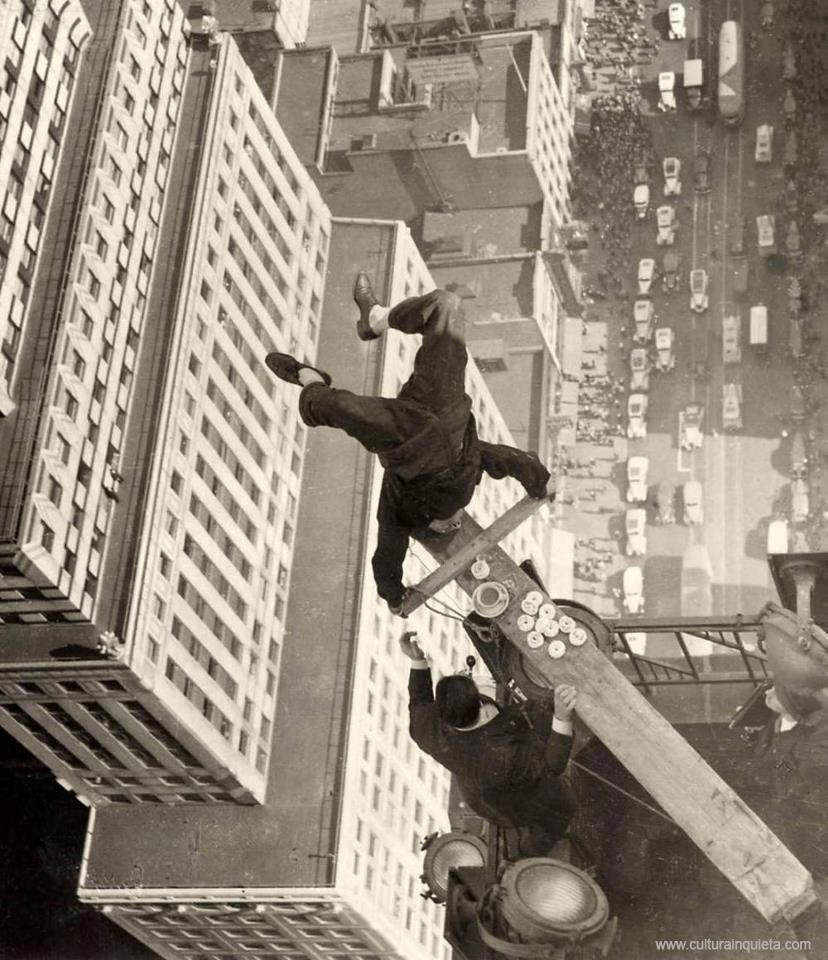 """""""Nas lembranças de um homem que ele não revelará para todos [...], mas apenas para si próprio, e ainda somente com a promessa de manter segredo. Finalmente, há algumas coisas que um homem teme revelar até para si mesmo, e qualquer homem honesto acumula um número considerável de tais coisas."""" #  Dostoievski - Reflexões do Homem Subterrâneo in: Auto-engano - Giannetti # Silent film comedian Harold Lloyd demonstrating his courage by doing a headstand on the edge of a skyscraper, 1939"""