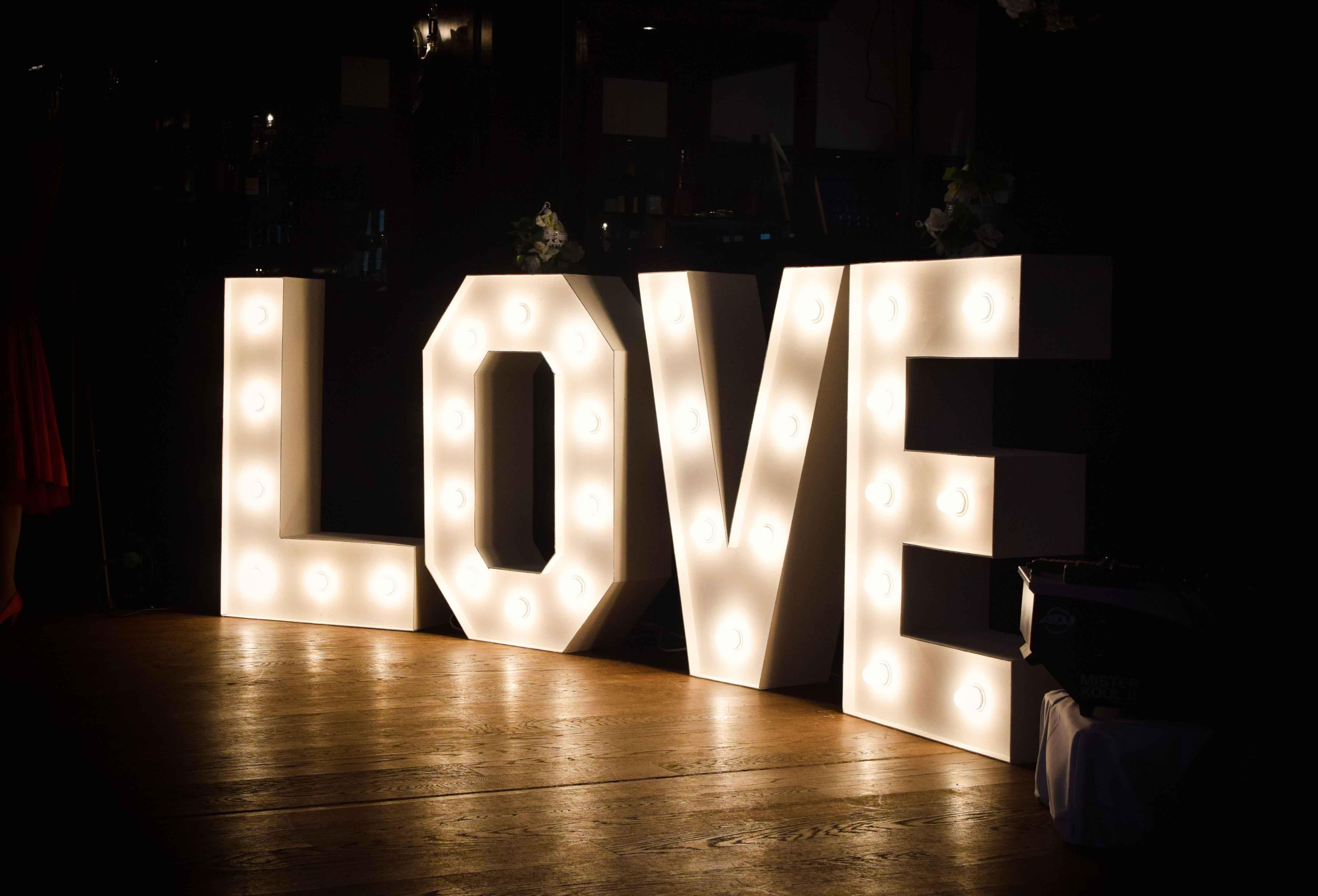 Leuchtende Buchstaben 1m Gross Love Leuchtbuchstaben Hochzeit