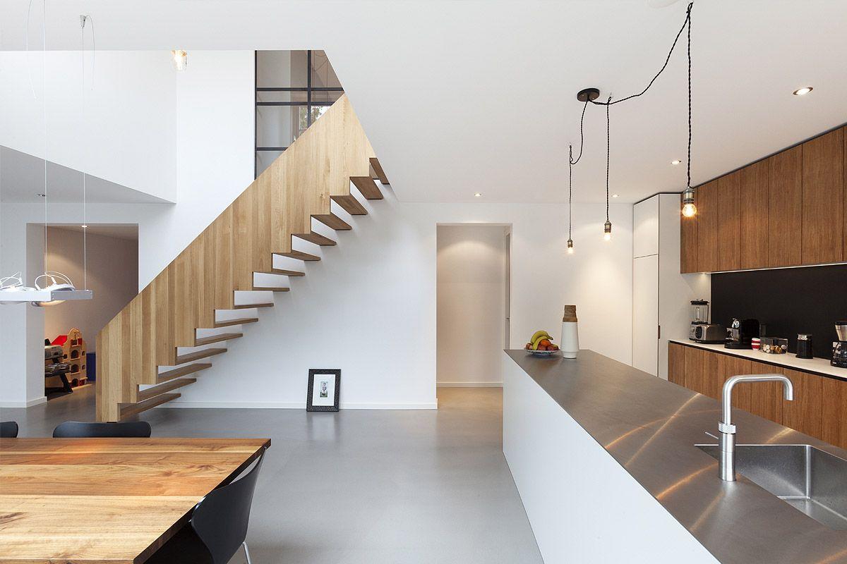 Woonkeuken met vide grijze gietvloer en houten trap ontwerp door bbnla architecten i c m - Railing trap ontwerp ...