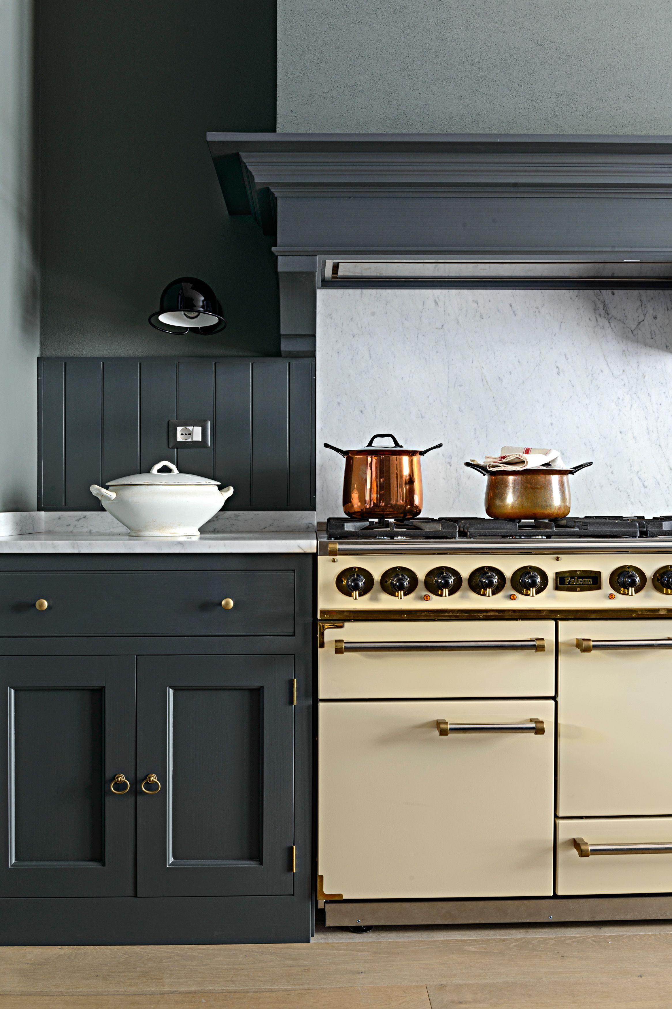 Cucina in stile country inglese monticello boiserie a doghe e splash back in marmo di carrara - Cucina in inglese ...
