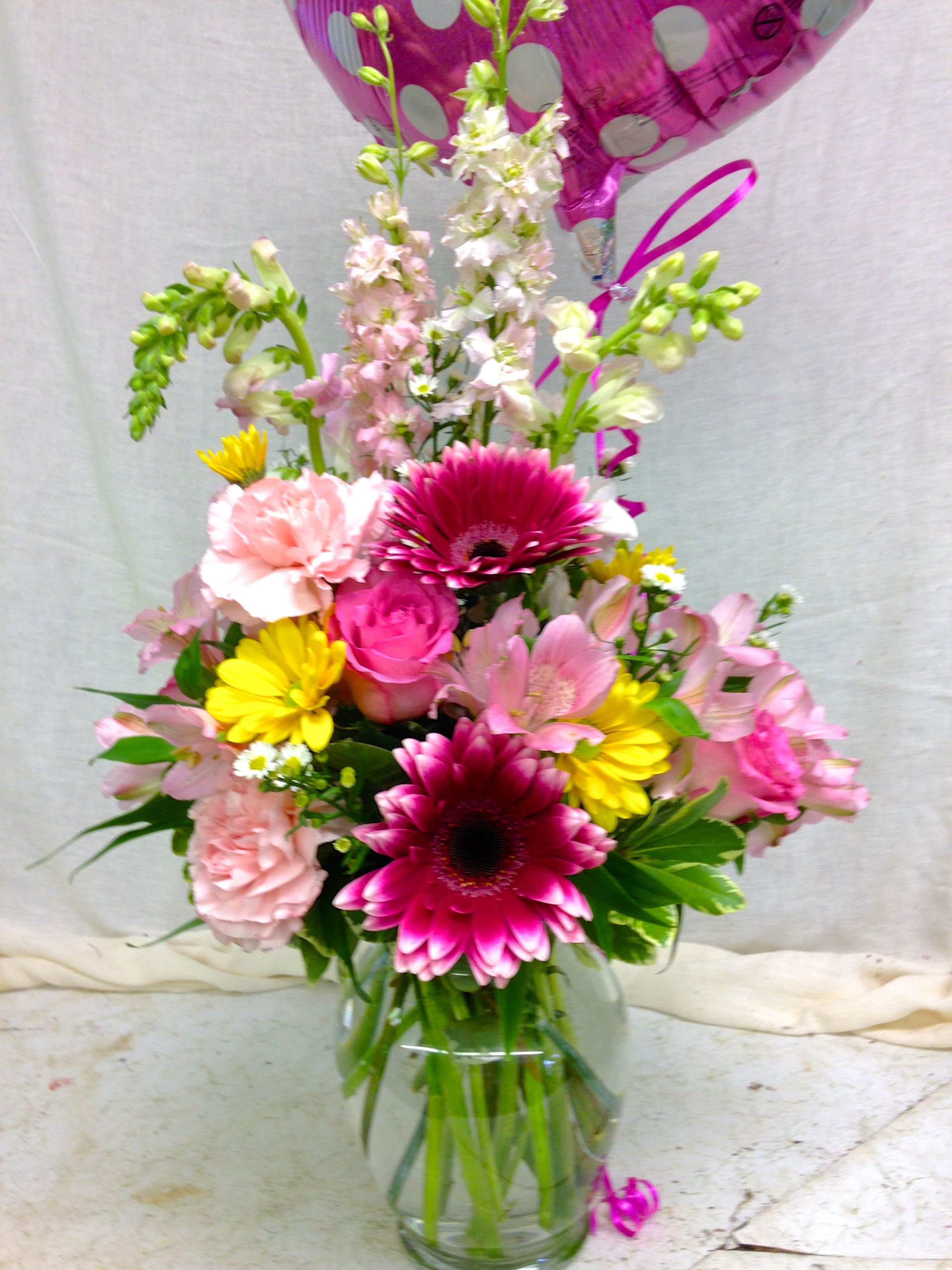 Gerber Daisies Daisies Roses And Carnations Flower Arrangements Daisy Centerpieces Flower Vases