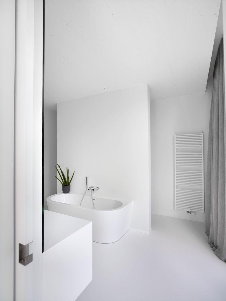 minimalistische badkamer met gietvloer en wanden van alterieur