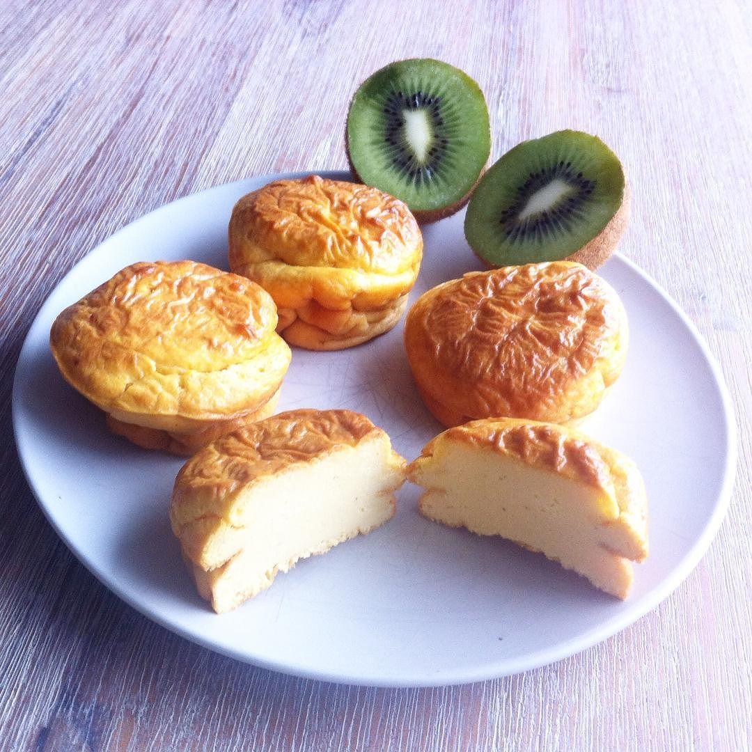 Früüühstück  Vanille-Quark-Muffins und eine Kiwi  So kann der Tag starten  #lowcarb #lowcarblifestyle #lowcarblife #lowcarbdeutschland #lowcarbliving #lowcarbhighfat #gesund #lecker #abnehmen #abnehmen2015 #abnehmen2016 #fit #food #fitfam #fitness by raupeniemalssatt