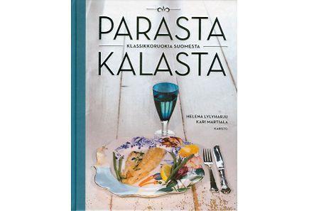 Parasta kalasta esittelee suomalaiset kalat ja herkullisimmat tavat valmistaa niitä. Tekijät kiertävät koko Suomen meren rannoilta järvi- ja jokimaisemiin ja kokkaavat keittiömestarin taidolla savumuikkukeittoa, ahvenkukkoa, hauki-bouillabaissea...<br /><br />Tuhansien järvien ja pitkän merenrannan Suomessa on rikas kalaruokaperinne. Keittiömestari Helena Lylyharju ja ruokatoimittaja Kari Martiala ovat koonneet eri puolilta Suomea parhaat paikallisherkut. Parasta kalasta neuvoo myös…