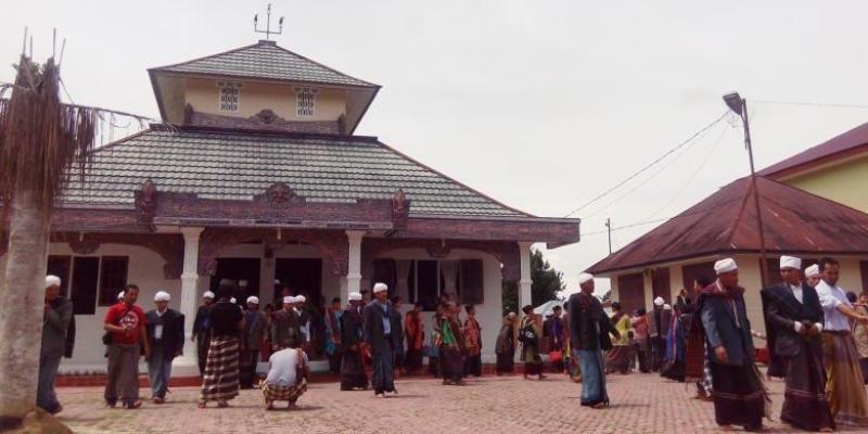 Umat Ugamo Malim Atau Parmalim Usai Melaksanakan Ibadah Marari Sabtu Di Bale Parsantian Huta Tinggi Tertinggi Agama Pedesaan