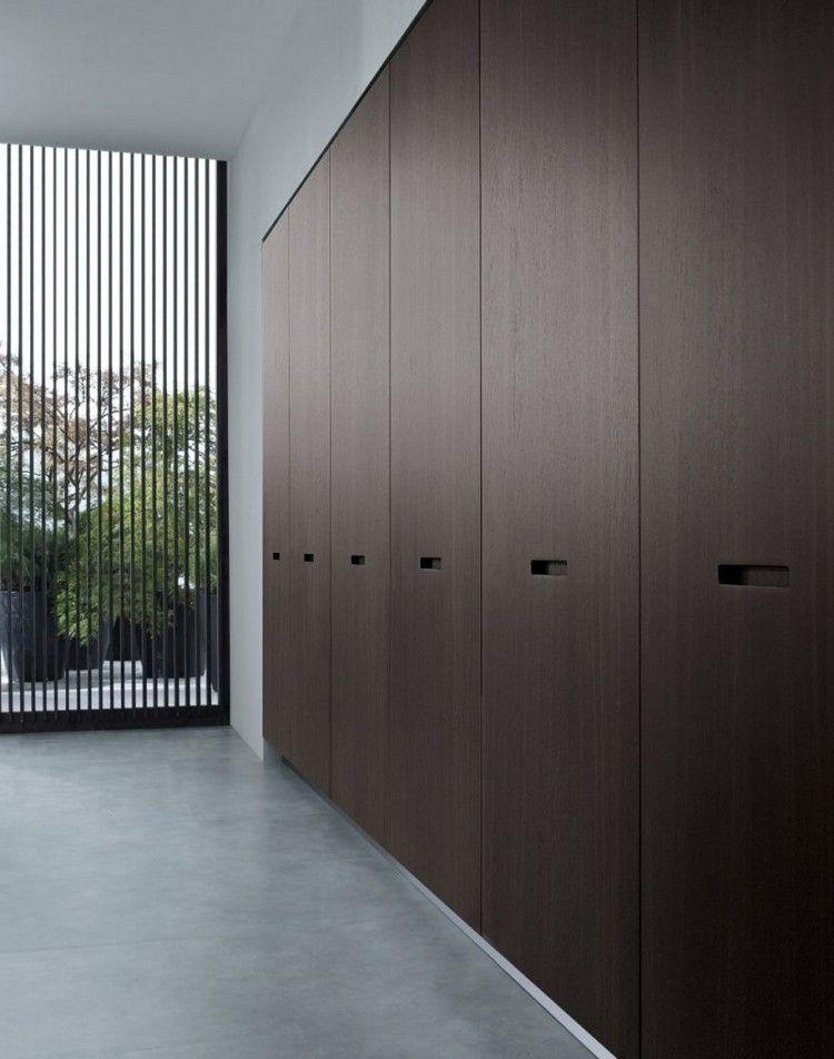 portes placard en bois marron foncé et revêtement de sol en gris ...