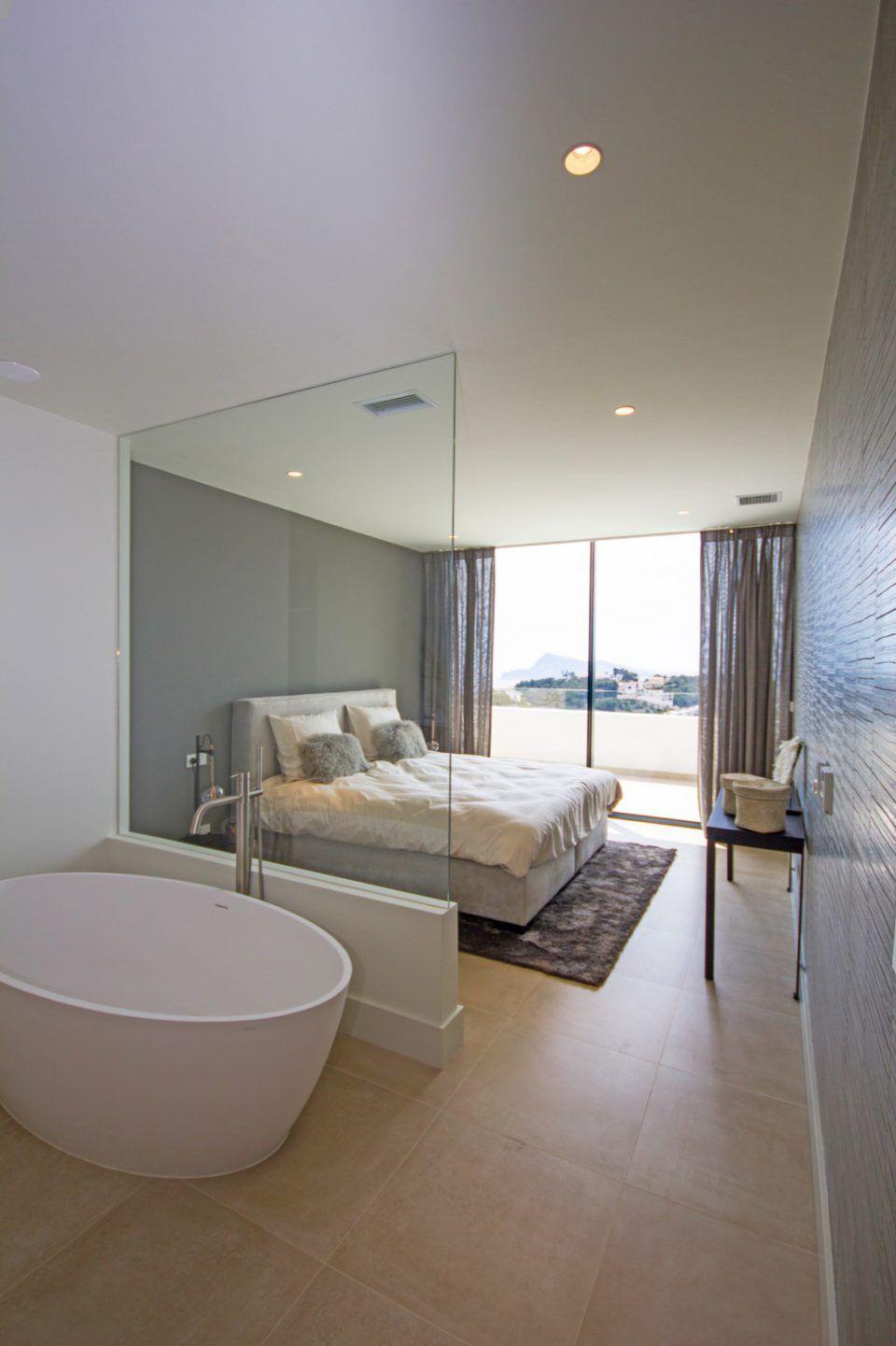 Slaapkamer inrichting met luxe bed en ronde badkuip | slaapkamer ...