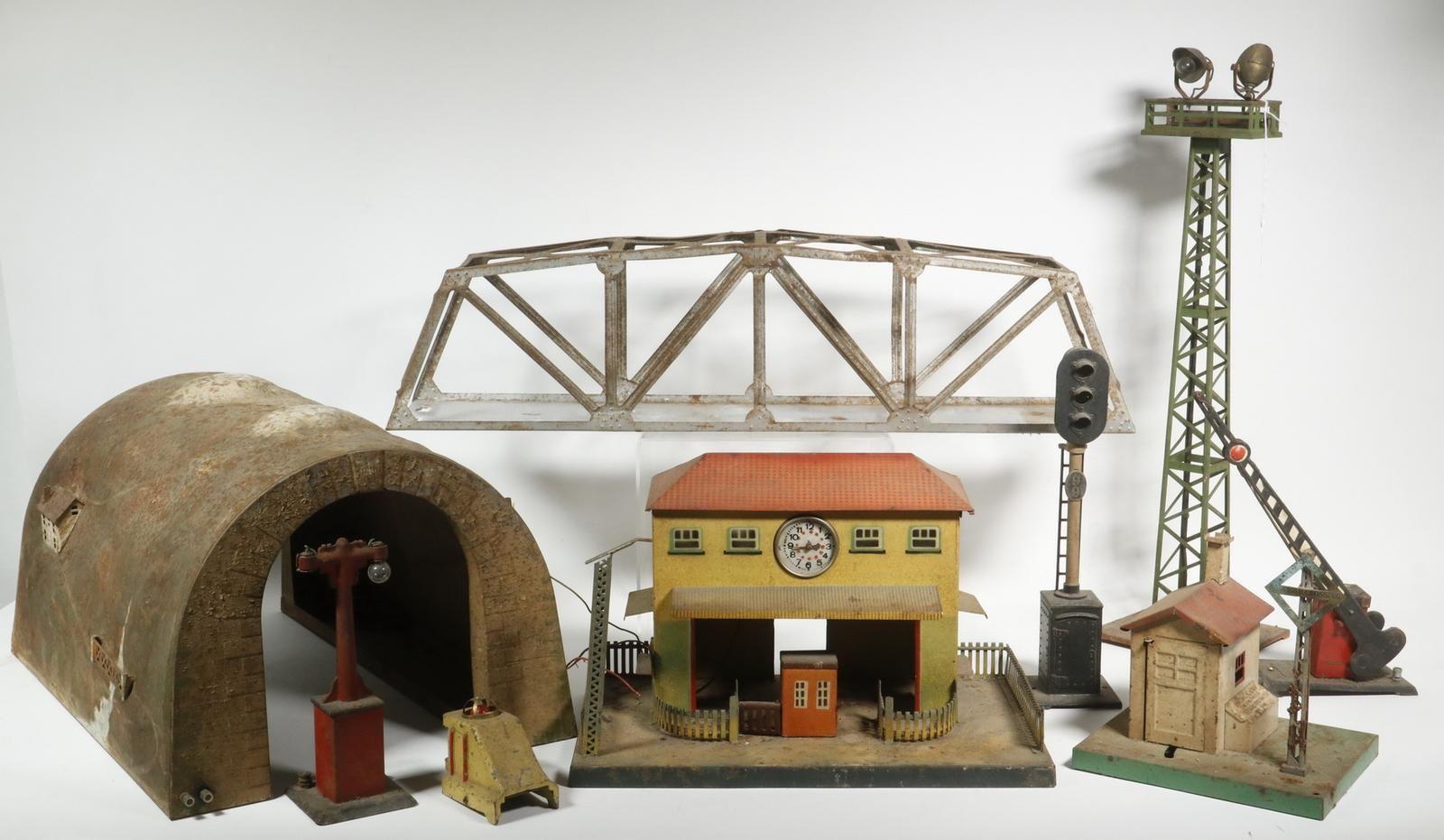 PRE-WAR MODEL TRAIN ACCESSORIES, INCL. LIONEL in 8  Model