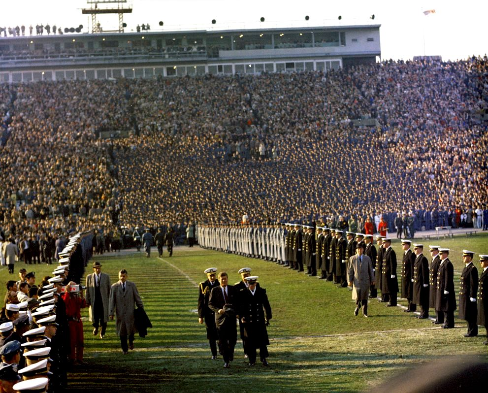 1961. Décembre. President John F. Kennedy walks from the Army side of the stands to the Navy side during halftime of the Army-Navy Football Game