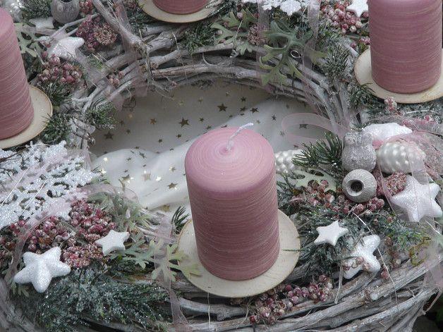 Grosser Romantischer Adventskranz Mit Rosa Kerzen Dekoriert Mit Vereistem Tannengrun Getrockneter Rosa Pf Rosa Kerzen Weihnachtsdekoration Weihnachtsdeko Rosa