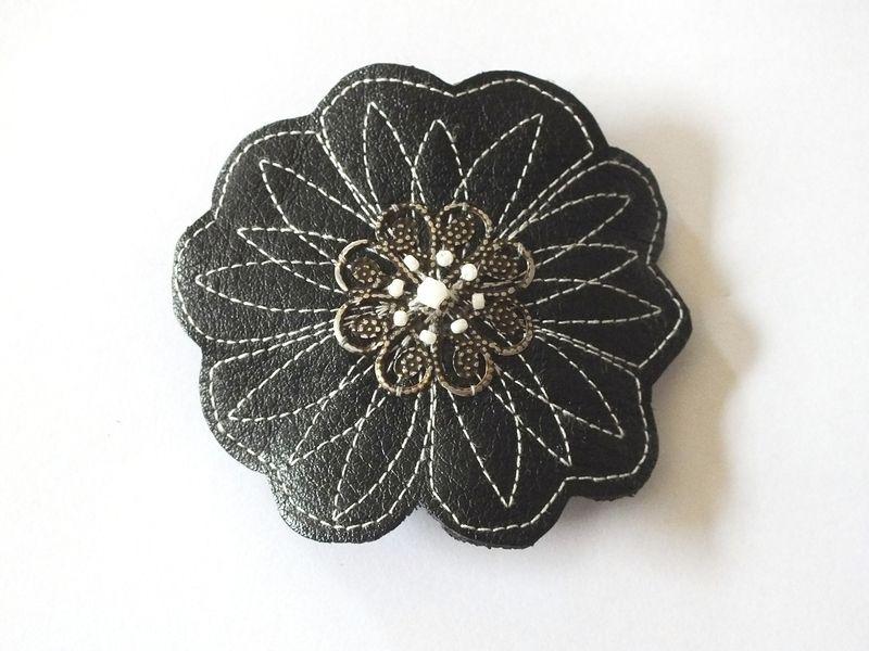 Barrette fleur en cuir noir brodé de blanc  de BeLoved sur DaWanda.com