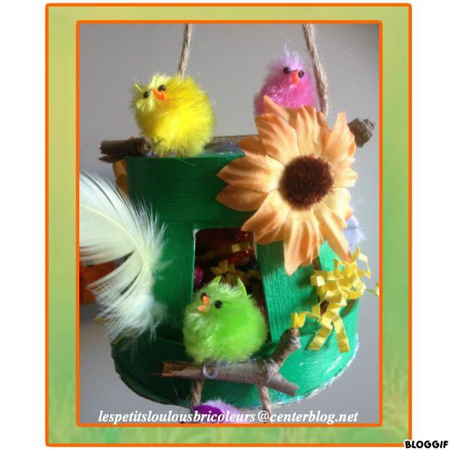 PETIT NID DE PAQUES (3) Panier en bois, paille en carton ondulé, morceaux de branche, corde, fleurs tissu, poussins, plumes, peinture verte...et chocolats !!!