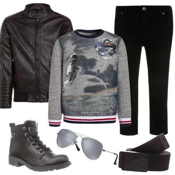 Outfit dai toni rock per chi ha già le idee chiare sul proprio modo di vestire. Jeans slim fit, giacca in finta pelle, biker imbottiti, tutto completamente black. Completano il look felpa con stampa fotografica, cintura con fibbia Vans e Ray-Ban Junior.