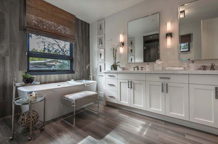 Badezimmer im Landhausstil, Holzmöbel und Boden, Keramik Badewanne - badezimmer boden