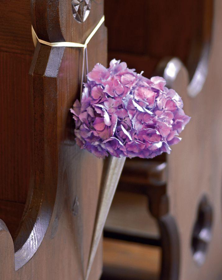Kirchendekoration mit Hortensien - Und wie kommen die Gäste in die Bänke? Ganz einfach: Von der anderen Seite. Dies ist zwar in Deutschland noch etwas unüblich, aber wir finden den Gedanken sehr schön, wenn der Mittelgang für das Brautpaar reserviert bleibt.