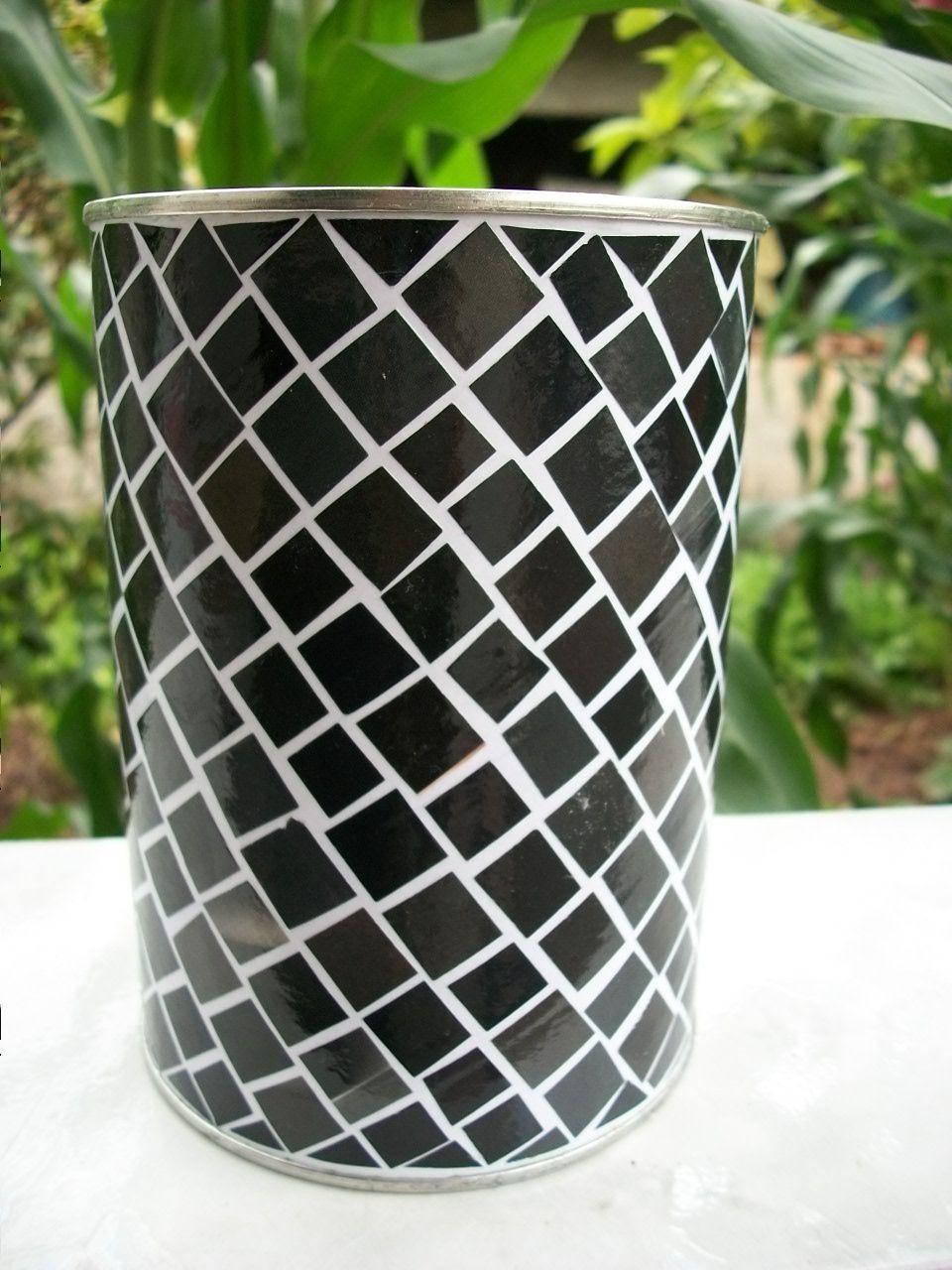 Mosaico de folhas de revista em lata de leite em pó. Mosaic made out of old magazines on a powder milk can.