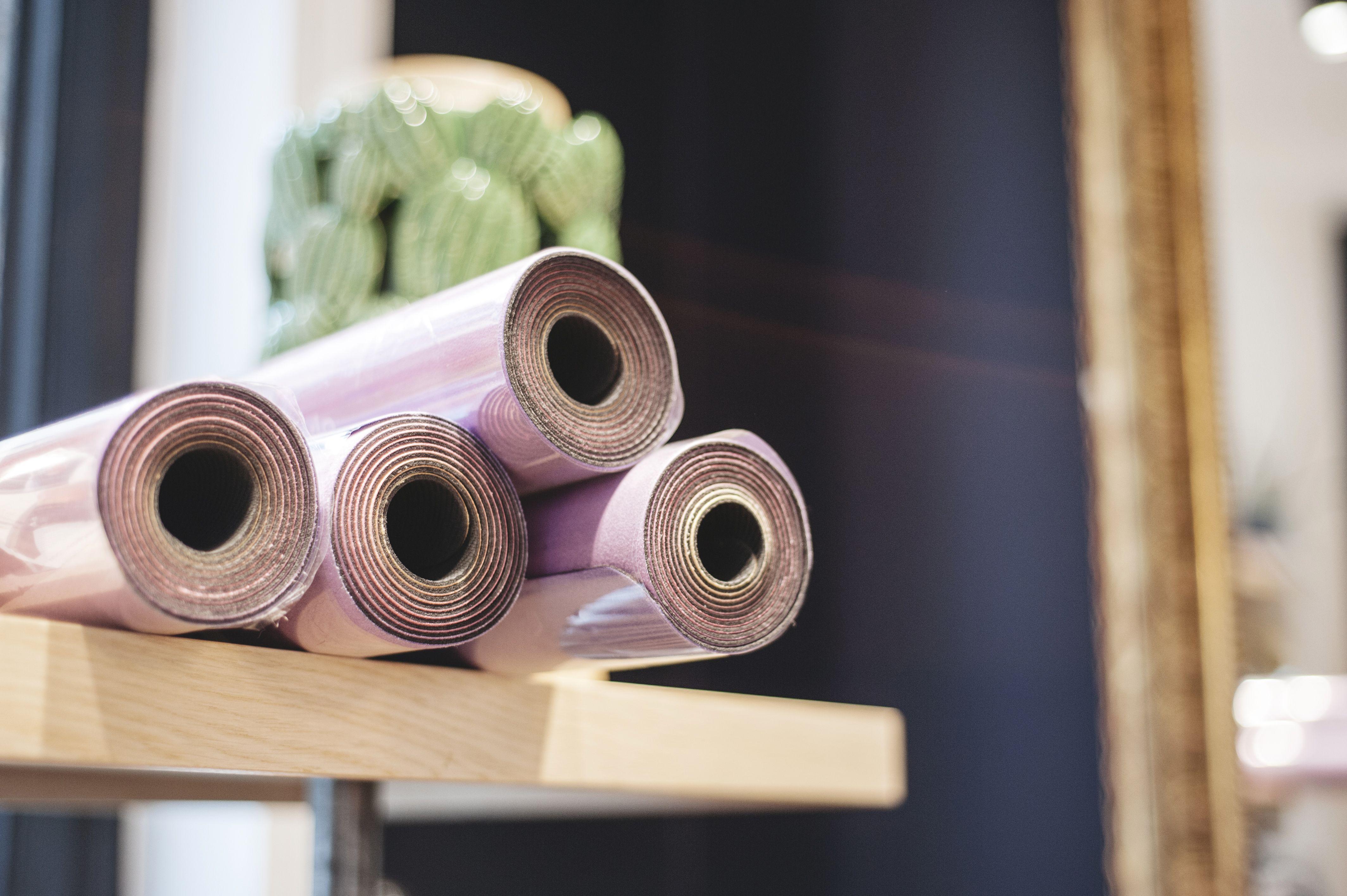 Le tapis de yoga YUJ est l indispensable des accessoires de yoga pour tous  les c9da951da98