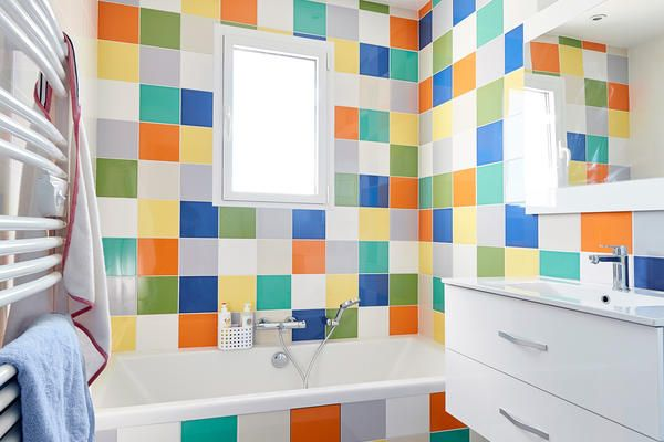 Une Salle De Bain Enfant Festive Et Colorée Carrelage Arlequin - Salle de bains coloree
