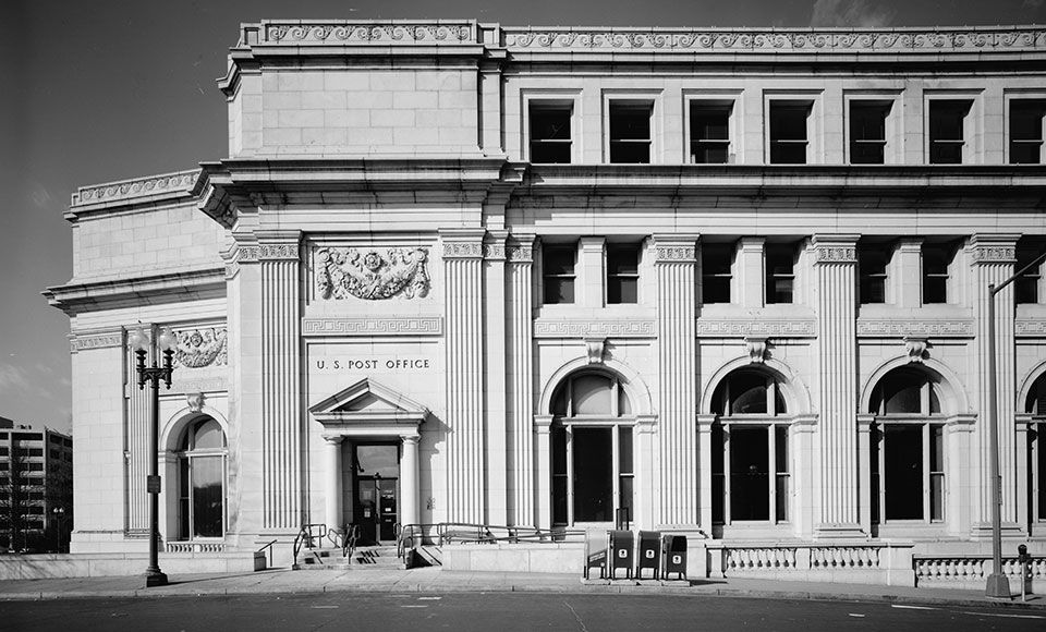 The building 39 s classic beaux arts style facade style i for Classic house facades