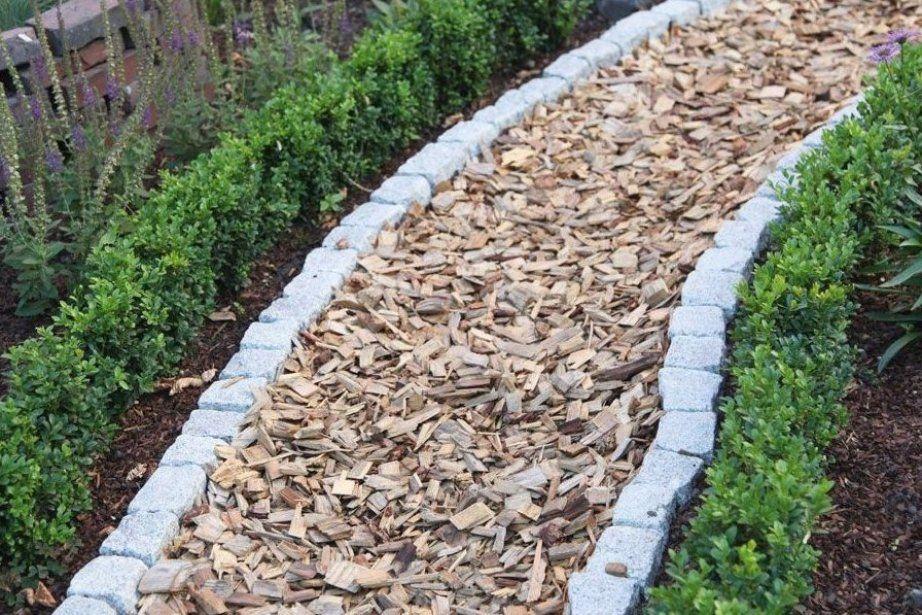Schlicht Und Einfach Gartenweg Aus Groben Holzsp Nen Gartenwegeideen Gartenwegeanlegen Gartenwege In 2021 Gartenweg Garten Gartenweg Gestalten