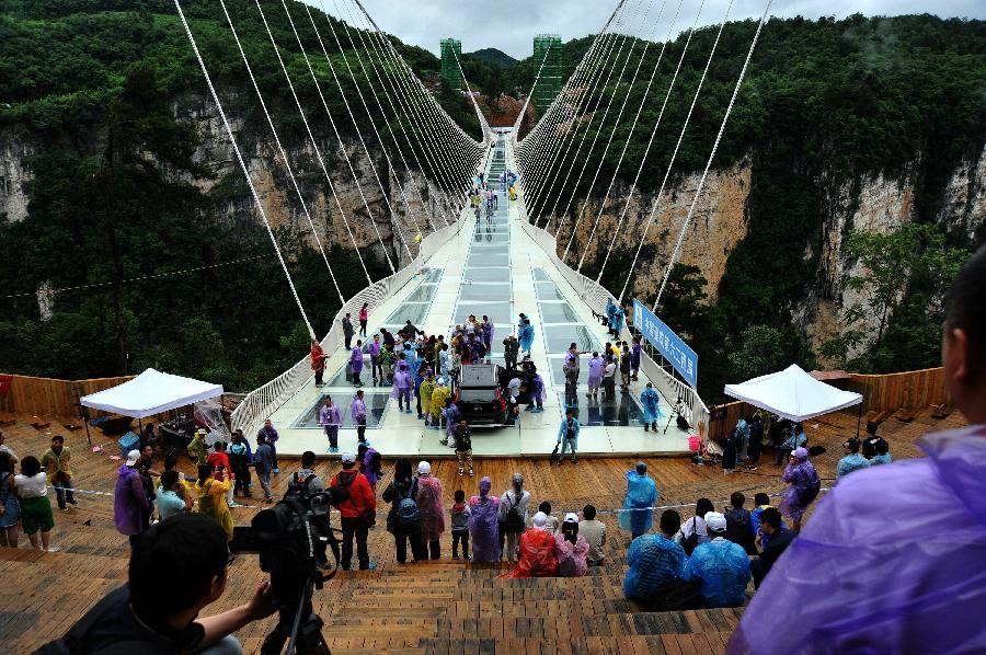 Un vehículo todo terreno de dos toneladas de peso protagonizó el domingo una prueba de seguridad del puente de vidrio más largo y alto del mundo, localizado en Zhangjiajie, lugar turístico en la provincia china de Hunan, días antes de su apertura programada para julio.