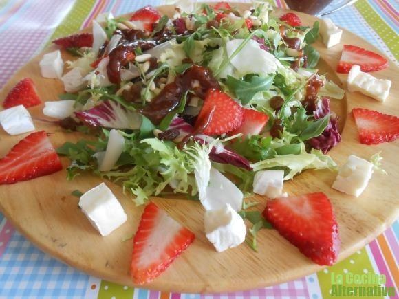 Receta de ensalada variada con fresas, frutos secos y vinagreta rosa