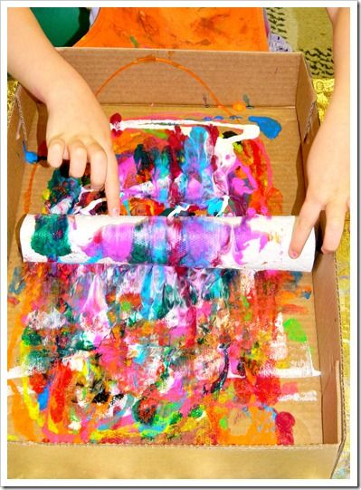 papierrollen mit restbl ttern in kiste mit farbklecksen rollen gestalten und techniken. Black Bedroom Furniture Sets. Home Design Ideas