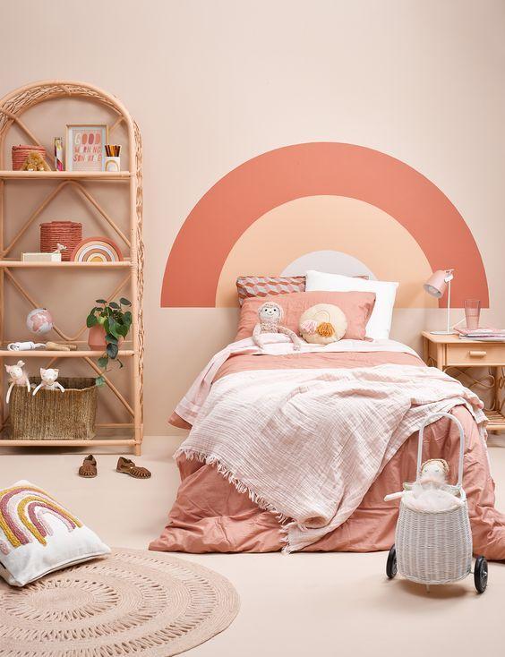 Cabecero pintado para ahorrar espacio en los dormitorios