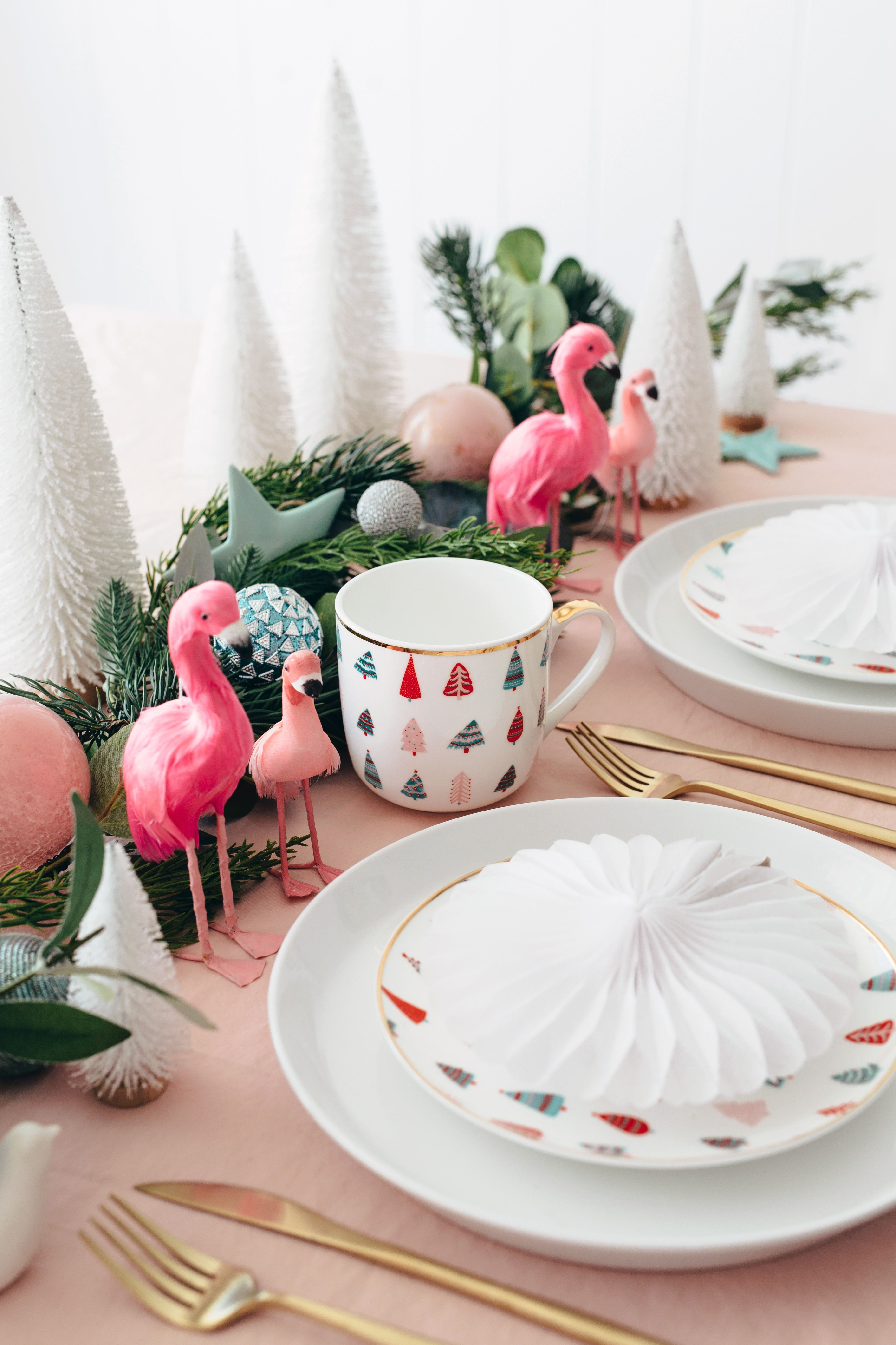 Adding A Whimsical Touch Will Elevate The Table Setting From Attractive To Magical Contemporary Christmas Christmas Table Christmas Table Settings