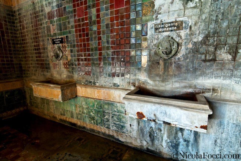 Quel che rimane del Grottino Chini (Galileo Chini) alle Terme Alte di Porretta (BO). Foto Nicola Focci.