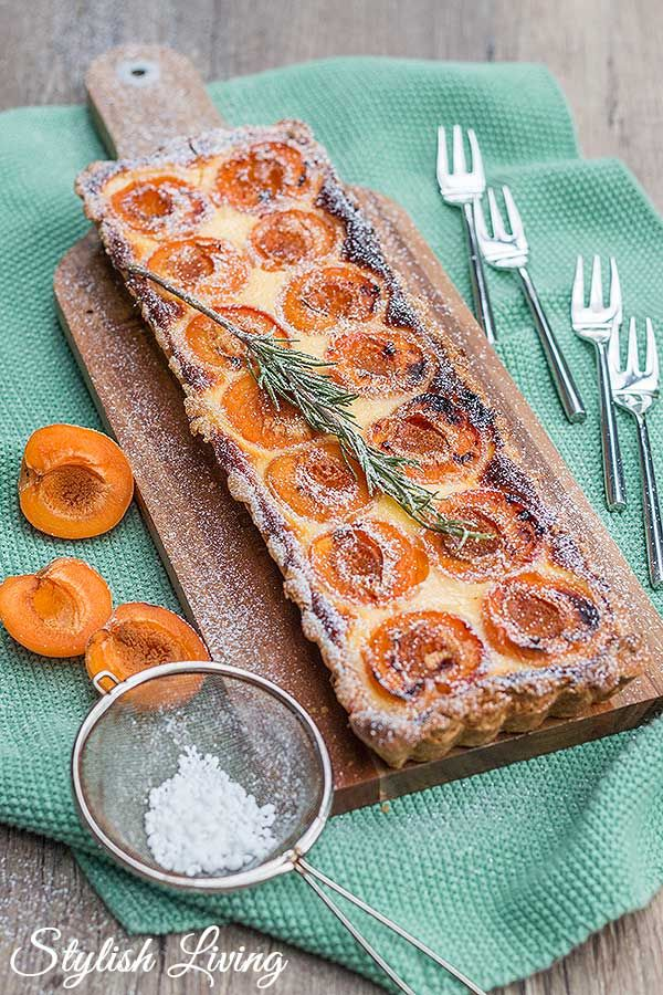 Photo of delicious apricot tart with rosemary | Stylish living