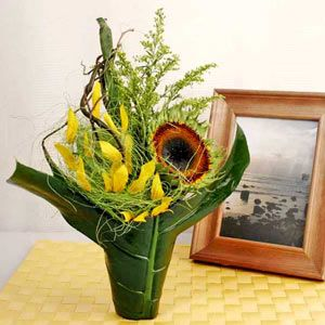 A Special Arrangement Of Sunflower And Foliages Fresh Flowers Online Florist Delivery Flowers