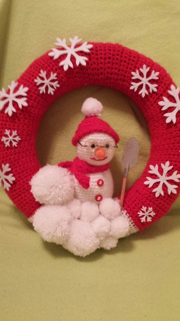 Weihnachtskranz mit Schneemann häkeln | Türkränze | Pinterest ...