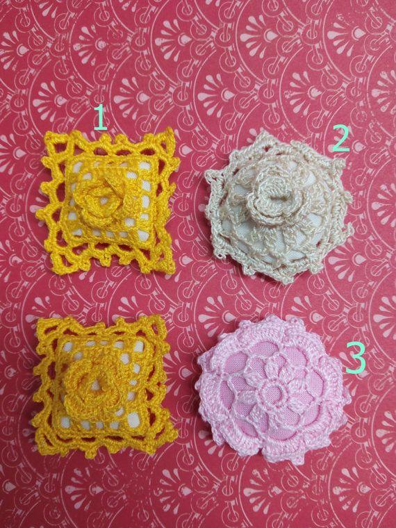 Usted puede elegir por numéro medidas aproximadas: nº 1) cojín amarillo 4cm x4 cm nº2 ) cojín beig 4,5 cm diámetro nº3) cojín rosado 4,5 cm