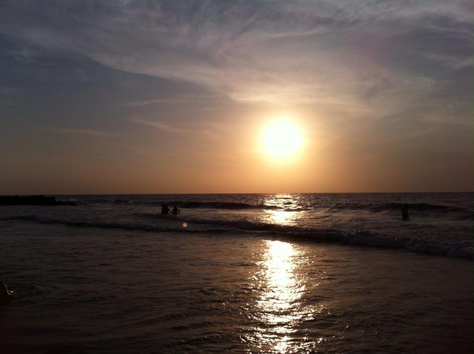 un bello atardecer en la playa..