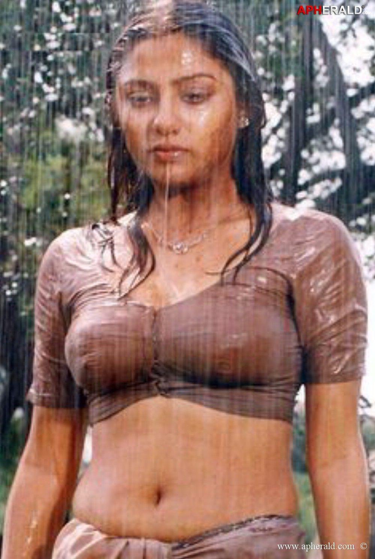 Wet saree hot actress