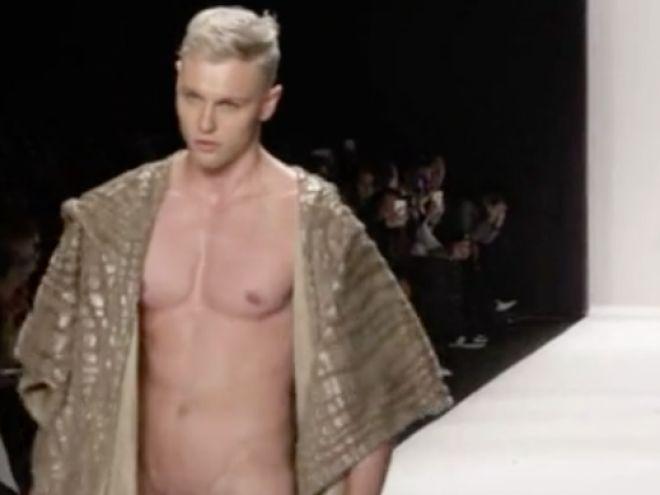Moški model se na tednu mode sprehodi po goli cesti-5266