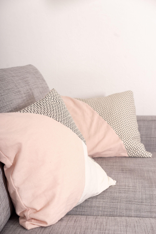 Einfaches Tutorial, wie du dir modische Kissen für dein Sofa nähen kannst