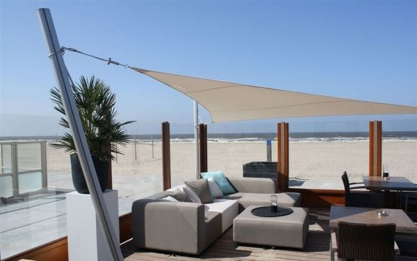 Sonnensegel Holzterrasse am strand graue outdoor möbel - ideen terrasse outdoor mobeln