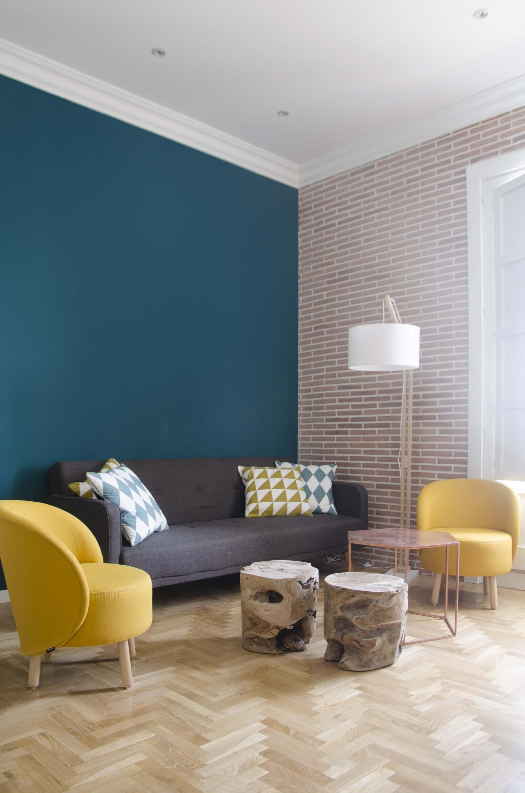 Estar Con Pared Del Estar En Color Azul Pato Y Fachada Recuperada De Ladrill Diseño De Interiores Salas Decoracion De Interiores Salas Decoracion De Interiores