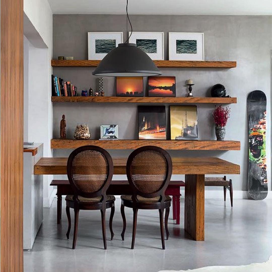 Adoro a mistura de estilos. Aqui a cadeiras medalhão fizeram par com esse banco pintado de vermelho. Já a Madeira da mesa também está presente nas prateleiras. Muito show!!!!