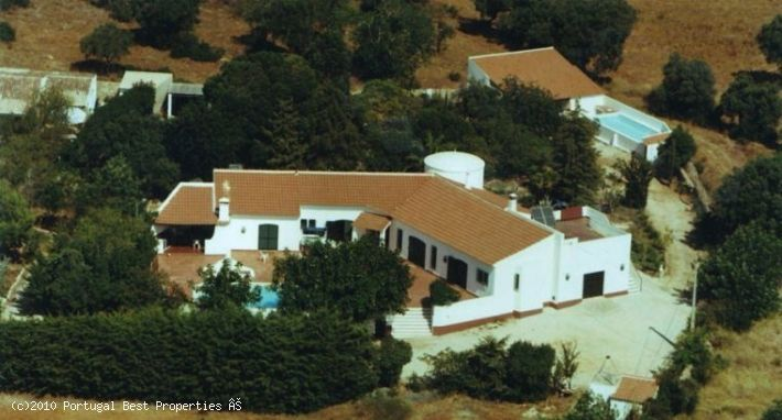 5 bedroom Villa + 1 bed Villa in Alcantarilha - This spacious old quinta backs onto the soon to open Amendoeira Golf Course and is just a few minutes away from the small town of Alcantarilha.  This property captures the charm of a traditional family quinta. - http://www.portugalbestproperties.com/component/option,com_iproperty/Itemid,8/id,123/view,property/#
