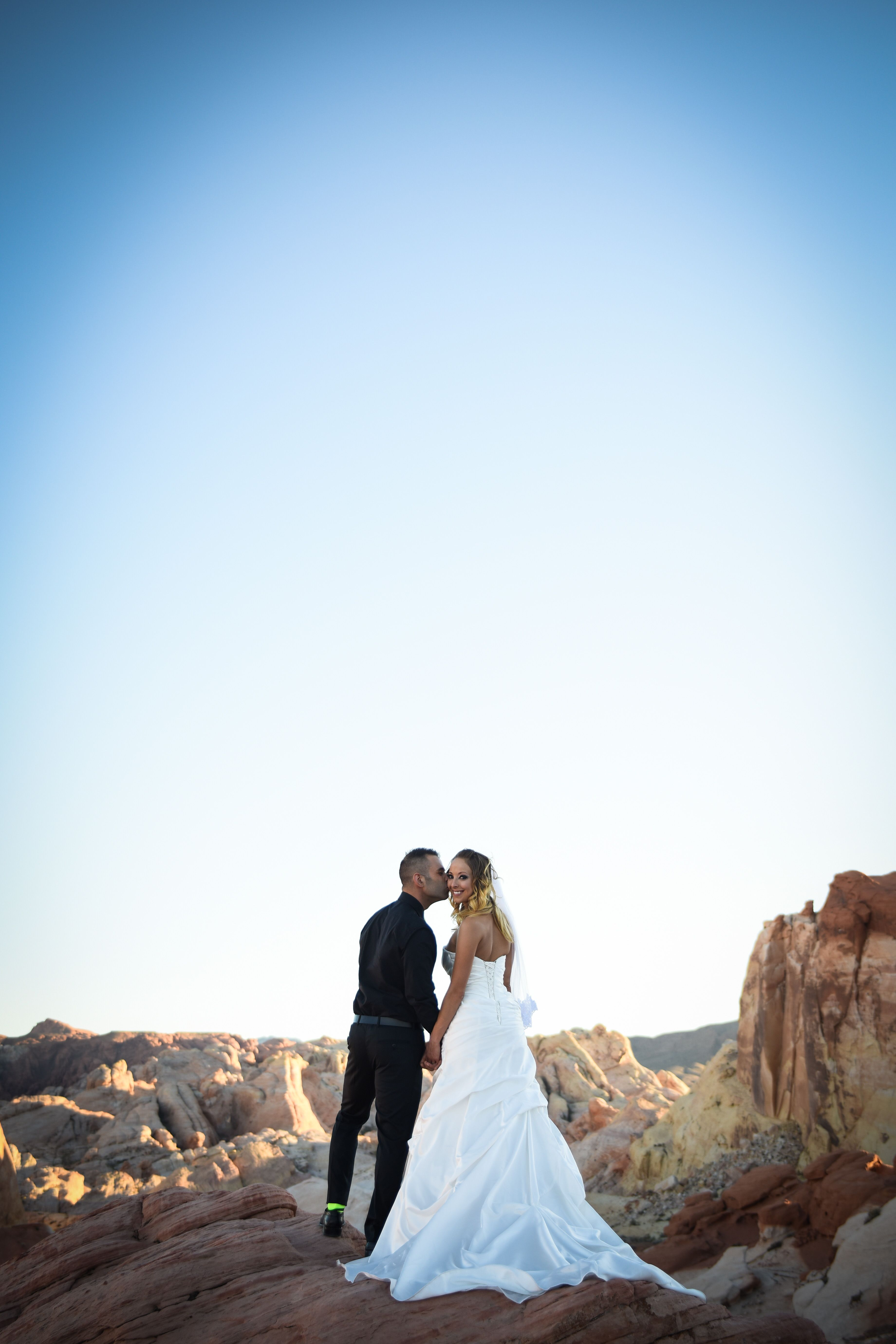Elope In Las Vegas At The Valley Of Fire Beautiful Outdoor Wedding Ideas For Couple S Lo Las Vegas Weddings Las Vegas Wedding Chapel Beautiful Outdoor Wedding