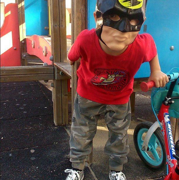 Atención!!! #batman anda suelto y va en su batman #bici ... #sunday #domingo #bicicletas #custome #disfracez #muyfan #pintillas #kukuxumusu #childrenplay #niñosjugando #sinfiltros #childhoodunplugged #childhoodunplugged #insta_kids #jugaresesencial @rejuega