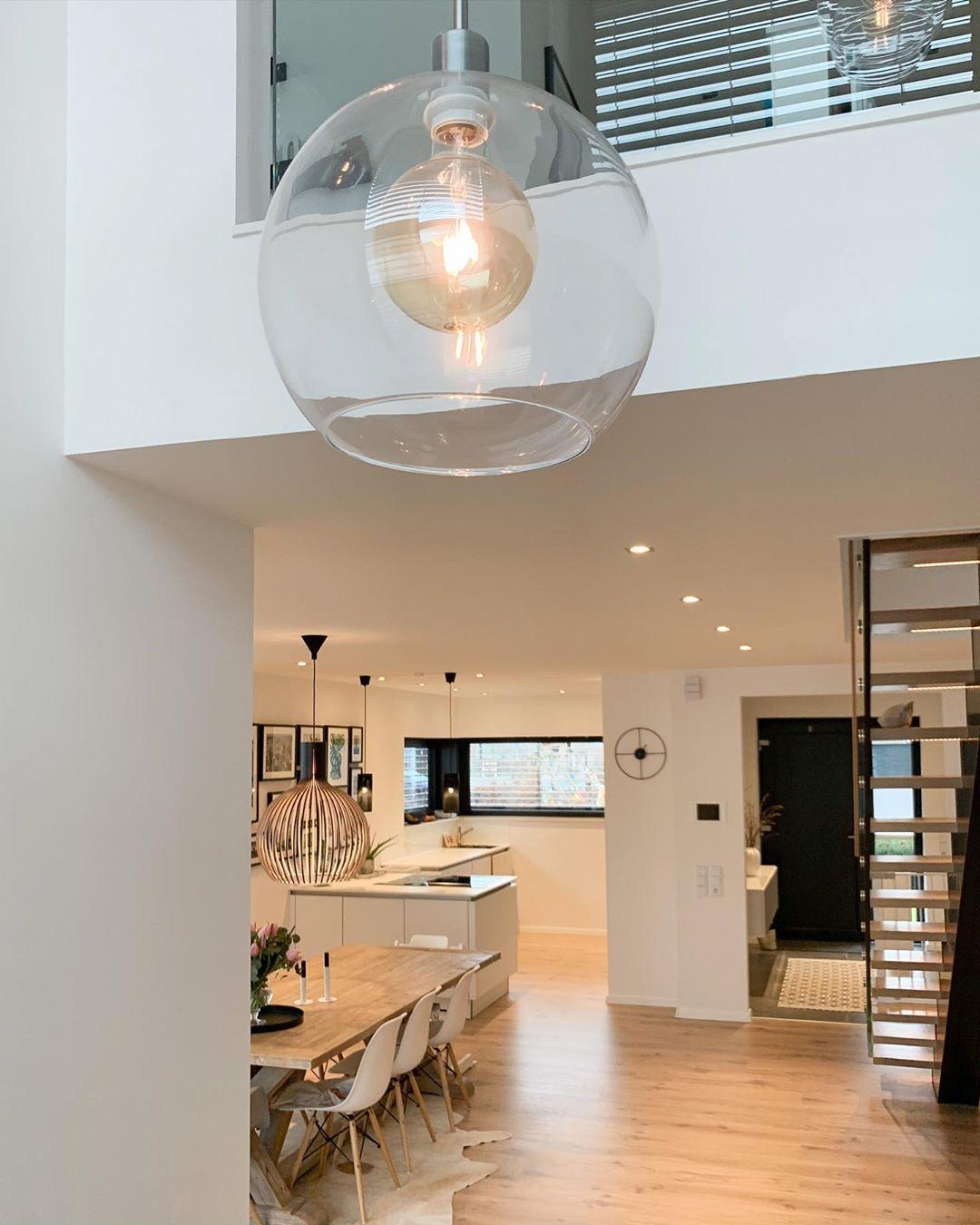 Interior Living Lifestyle On Instagram Oben Und Unten Mitten In Der Galerie Die Galeriebeleuchtung War Dabei Eigentlich In 2020 Beleuchtung Lampe Flur Instagram