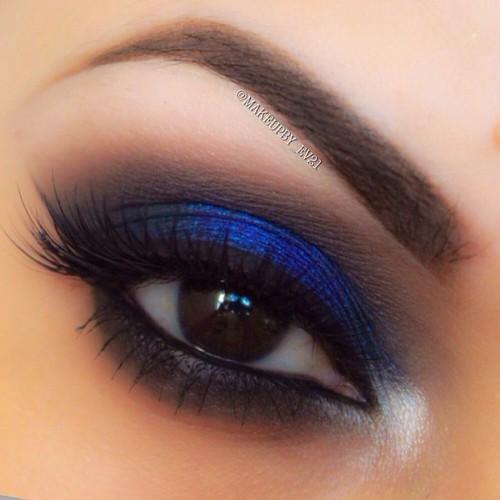 blue eyeshadow http://makeup-perfection.com/tutorials/makeup-tutorial-9-how-to-do-your-holiday-makeup/ ☺. ✿