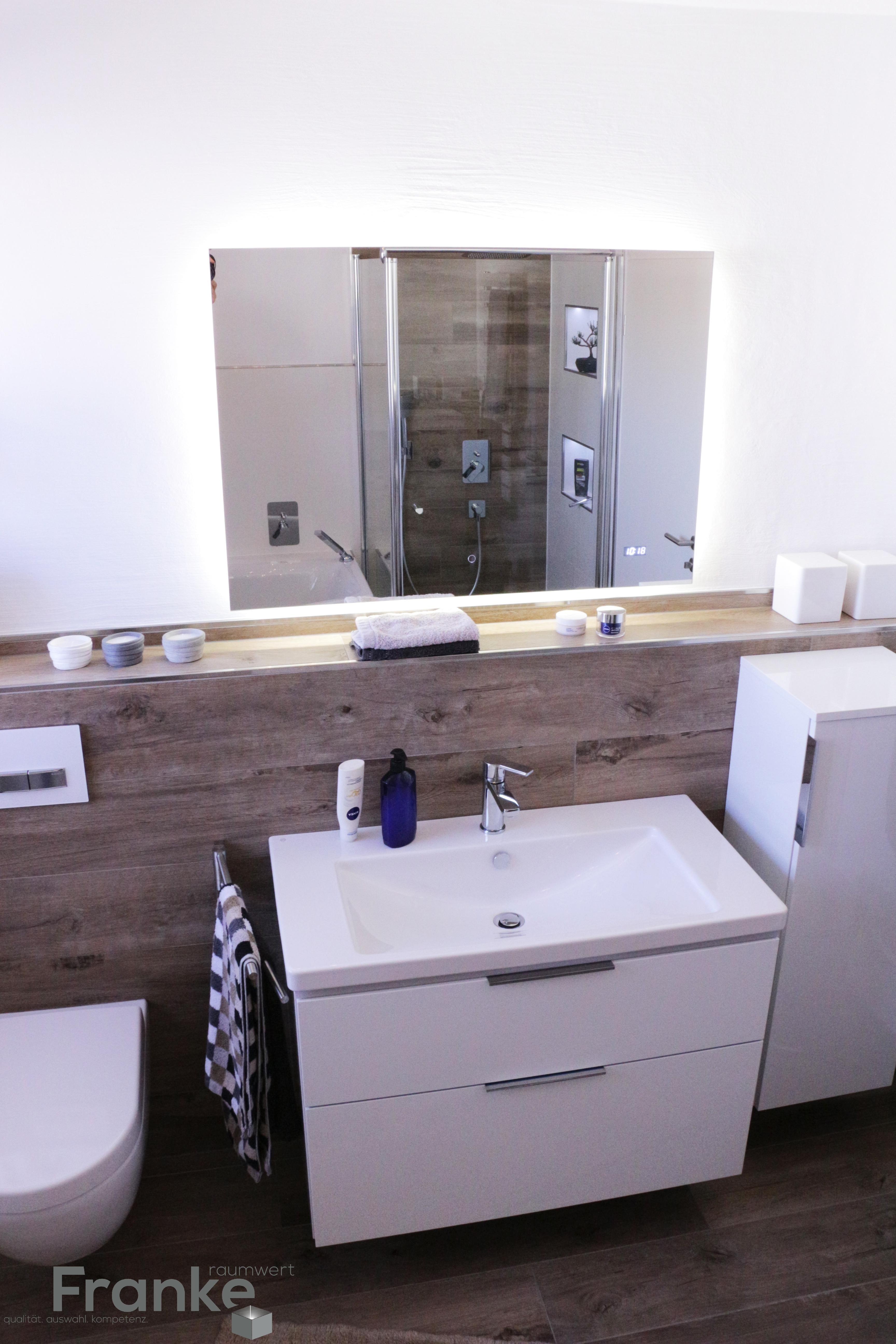 Badezimmer keramik  Fliesen in Holzoptik, Keramik Waschtisch mit Unterschrank und LED ...