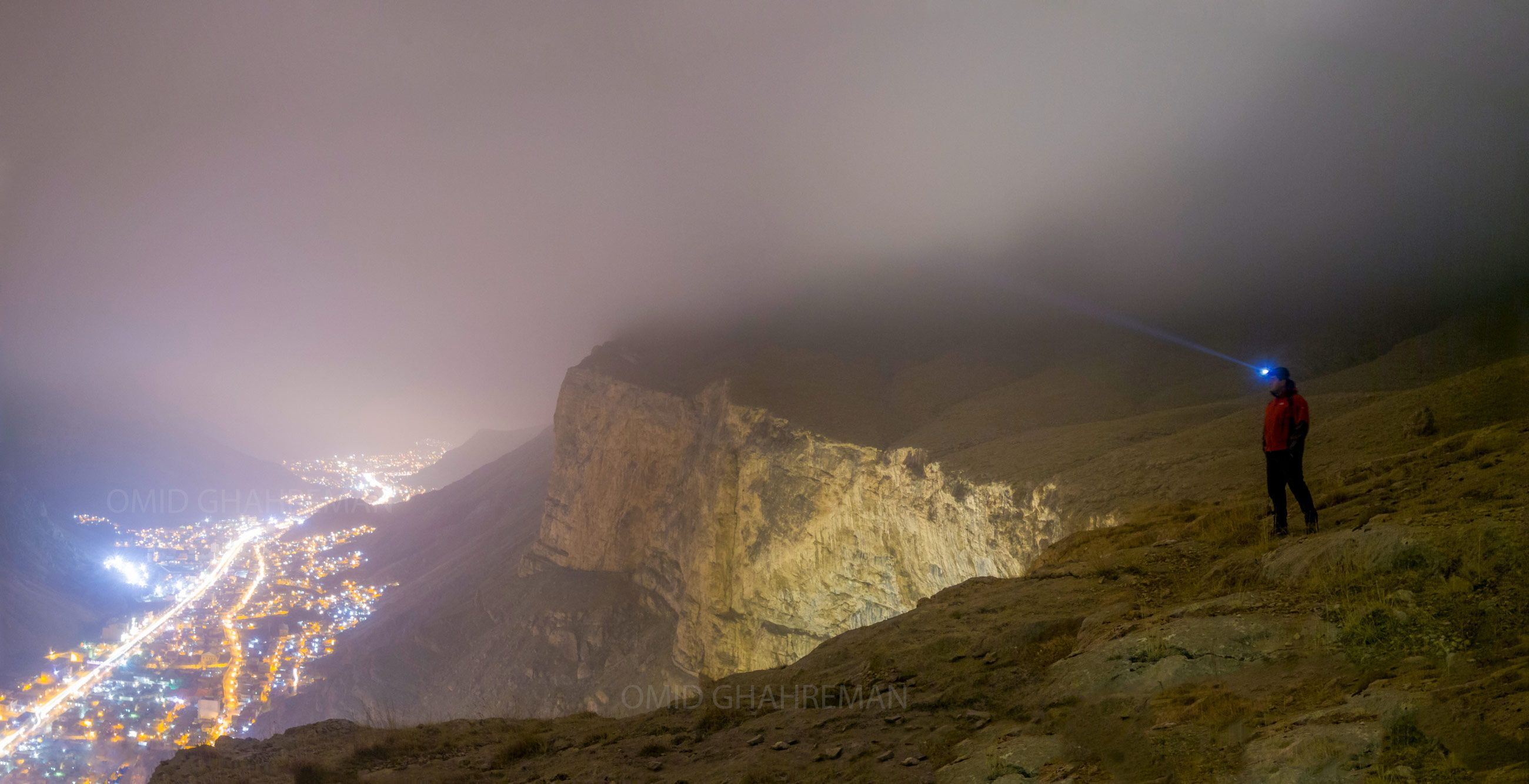 شب های مه آلود شهر ماکو بر فراز کلاهک سنگی قیه توسط امیدرضا قهرمانزاده