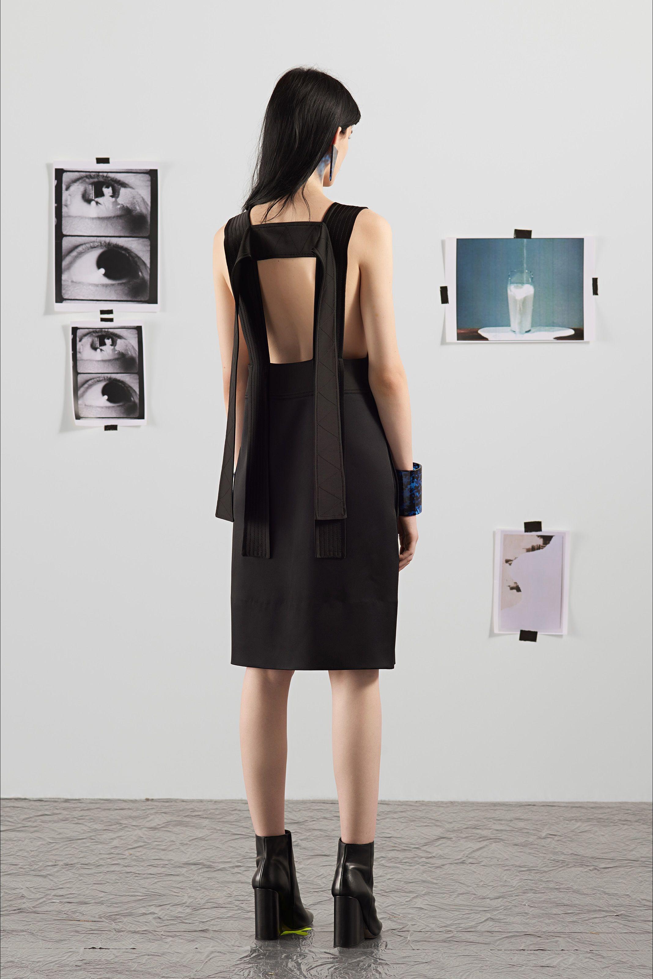 Guarda la sfilata di moda Krizia a Milano e scopri la collezione di abiti e accessori per la stagione Pre-collezioni Primavera Estate 2018.